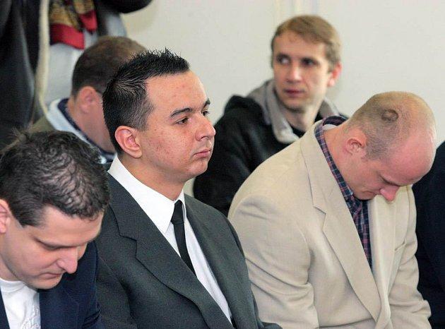 Při zahájení hlavního líčení přišli někteří z obžalovaných k soudu v oblecích a kravatách