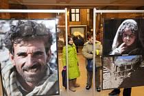 Leopold Sulovský vystavuje své fotografie ve foyeru ostravské Nové radnice.