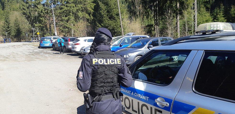 Policisté od pátku do neděle zjistili na čtyři stovky přestupků, které se týkaly nenošení roušek a shlukování.