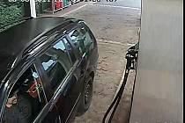 Policie pátrá po zloději, který tento měsíc v Ostravě natankoval pohonné hmoty a bez zaplacení ujel.