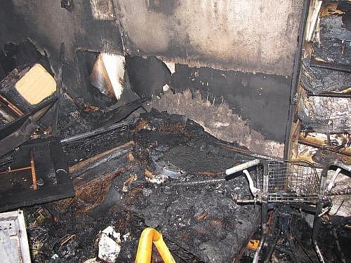 Pět jednotek hasičů zasahovalo v sobotu po desáté hodině v Ostravě-Porubě v ulici Františka Čechury při požáru bytu ve třetím patře sedmipatrového domu.