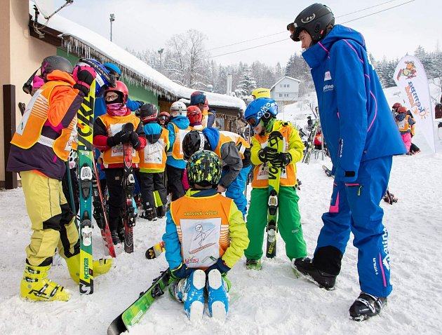 """Karviná lyžuje – ale ne za humnyV aglomeraci okolo Karviné, Orlové, Havířova a Bohumína žádný běžný lyžařský areál jako takový není. Což ale neznamená, že tu na zimní radovánky rezignují, právě naopak. """"Děti ze všech škol iškolek vnašem městě vozíme už"""