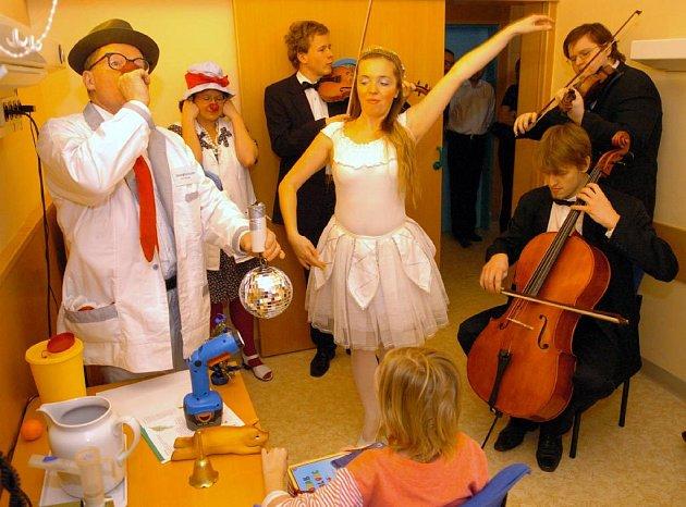 Do ostravské fakultní nemocnice přišli za dětmi zdravotní klauni