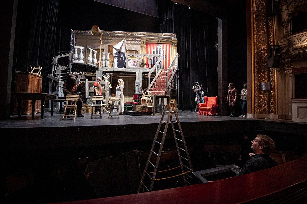Přípravy na speciální prohlídku divadla Antonína Dvořáka která se bude streamovat 21.11.2020 (noc divadel). Šéf techniky NDM Otakar Mlčoch.