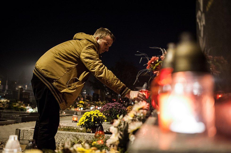 Svátek zesnulých se blíží. Lidé tradičně k návštěvě hřbitovů využívají i státní svátek 28. října. Ilustrační foto.