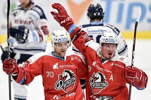 45. kolo hokejové extraligy mezi HC Vítkovice Ridera - HC Dynamo Pardubice v Ostravě dne 14. února 2020. Zleva (radost) Patrik Poulíček z Pardubic a Jan Mandát z Pardubic.