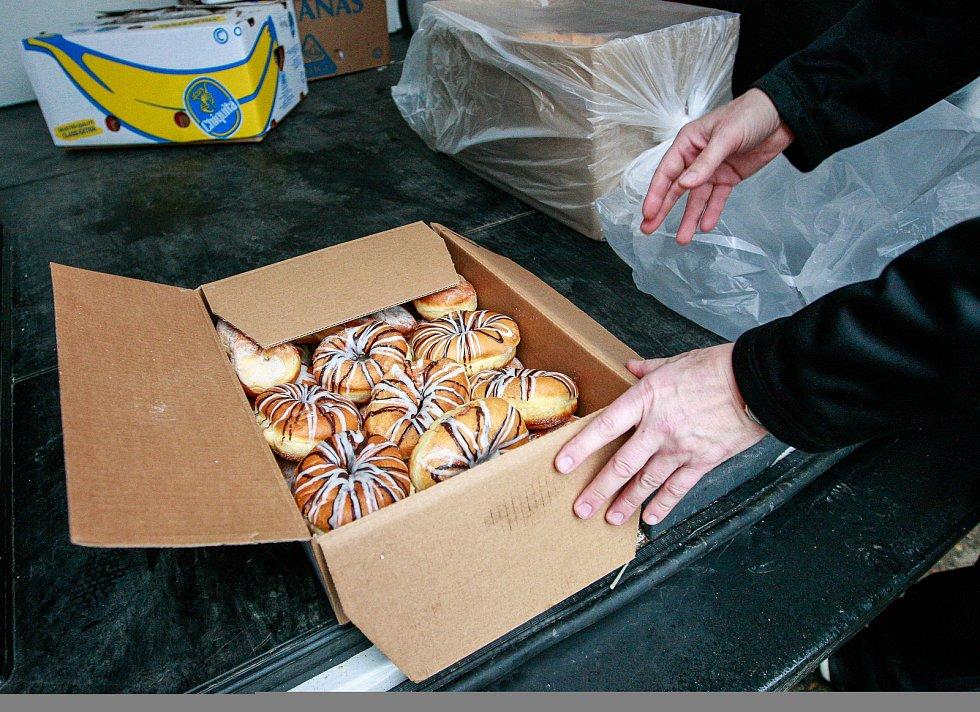 """Zboží, které nabízí potravinová banka, je před koncem trvanlivosti, proto si ho hned přebírají """"neziskovky""""."""