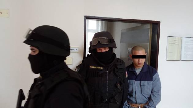 Obžalovaného přivedla ozbrojená vězeňská služba.