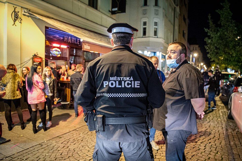 Stodolní ulice 9. října 2020 v Ostravě. Policie kontroluje uzavření vnitřních prostor ve 20:00.