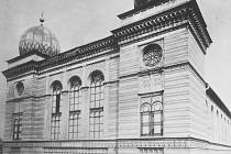 Hlavní synagoga v Pittlerově (dnešní Zeyerově) ulici v Moravské Ostravě, která byla nacisty vypálena v červnu 1939.