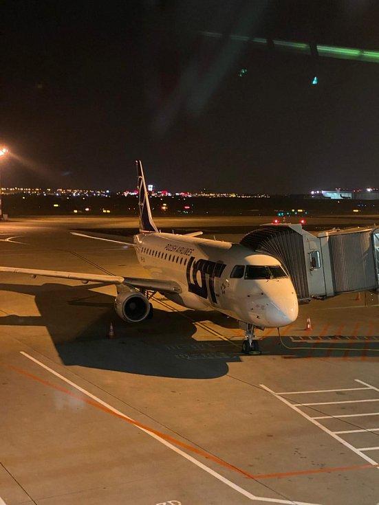 Přípravy Embraeru E170 ve Varšavě k odletu do Ostravy, 25. říjen 2020