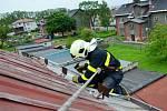 Upevňování a odstraňování plechů na střechách v Ostravě.