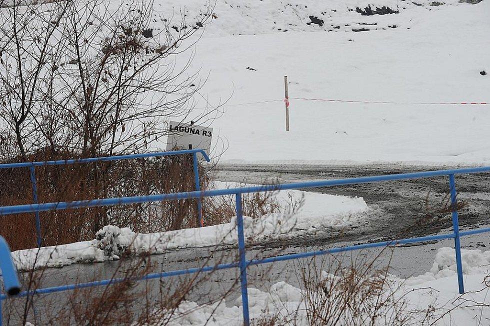 V areálu bývalé chemičky Ostramo je teď klid. Sanace ropných lagun jsou teď na nějakou dobu zastaveny. Klid tak mají i obyvatelé přilehlých sídlišť, které při těžbě kalů sužuje nepříjemný zápach.
