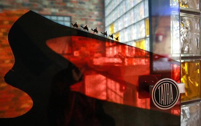 """Hudebně a motoristicky laděné pokoje, ale i """"prezidentské"""" apartmá nebo pokoj zasvěcený Baníku Ostrava. To nabízí nový Retro Hotel Garage. Jaké jsou první reakce nocležníků z řad známých hudebníků? """"Tak to jsme nikde jinde neviděli..."""""""