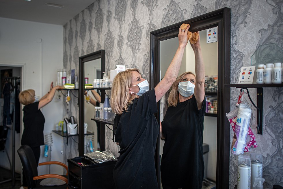 Kadeřnická profese v čase zpřísněných hygienických opatření z důvodu koronavirové pandemie. Ilustrační foto.