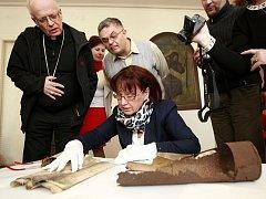 Ředitelka ostravského městského archivu Blažena Przybylová (na snímku) opatrně list po listu odkrývala vzkaz z minulosti, datovaný do roku 1888.