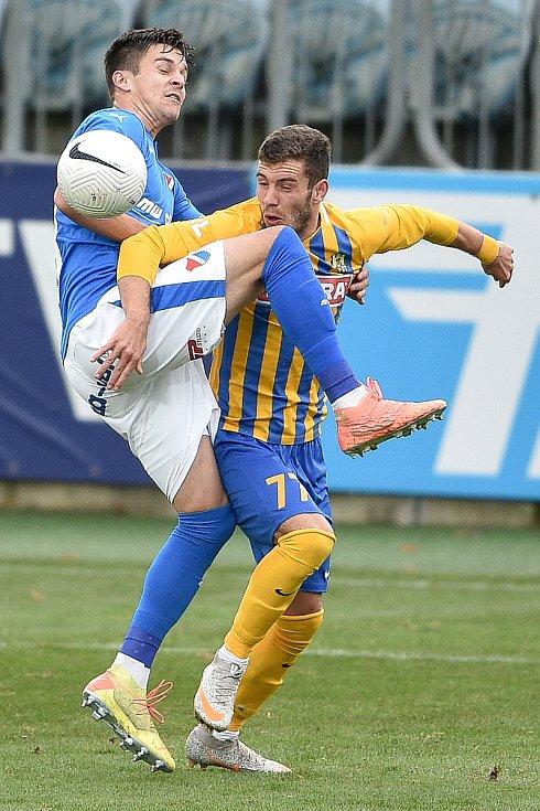 Utkání 10. kola první fotbalové ligy: SFC Opava - FC Baník Ostrava, 5. prosince 2020 v Opavě. (zleva) Jakub Pokorný z Ostravy a Bojan Dordič z Opavy.