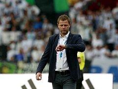 KOLIK JEŠTĚ? Trenér Baníku Ostrava Radim Kučera v zápase proti Slavii bedlivě hlídal čas, na Slovácku jej dnes může čekat totéž.
