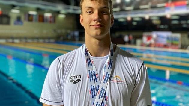 Talentovaný plavec KPS Ostrava Tobias Kern s medailemi, které vybojoval na multiutkání středoevropských zemí v Bělehradě.