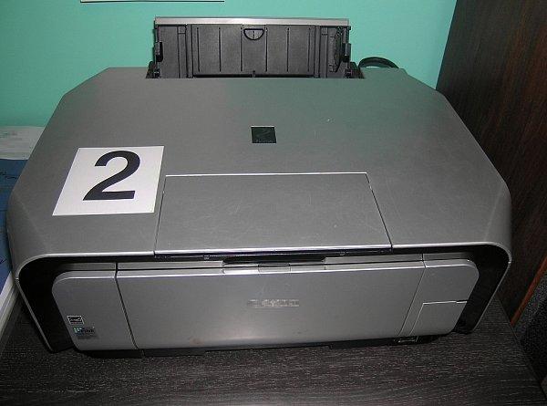 Policie zajistila počítačovou techniku, která sloužila kvýrobě falzifikátů.