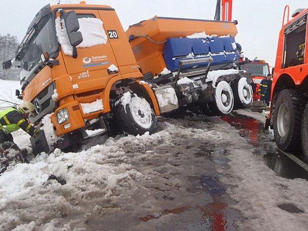 Kromě technických zásahů hasiči zasahovali první dubnový den iu34 dopravních nehod, které měly souvislost snovou sněhovou pokrývkou na komunikacích.