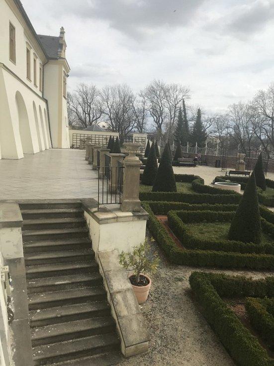 Budova Filozofické fakulty a přilehlé parkánové zahrady.