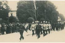 SLAVNOSTNÍ PRŮVOD. Slavnostní pochod jednotek hasičů Šumperkem na dnešní ulici Československé armády.
