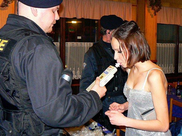 Policisté registrují stále více opilých mladých lidí (ilustrační foto)