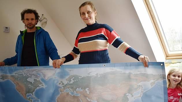 Ondřej a Zuzana Hanulíkovi s mapou světa.