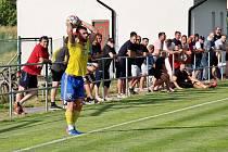 Fotbalisté Šumperku (ve žlutém) během středeční přípravy proti Uničovu