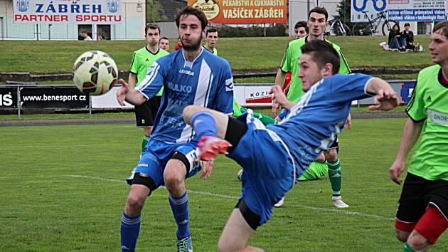 Fotbalisté Zábřehu (v modrém).