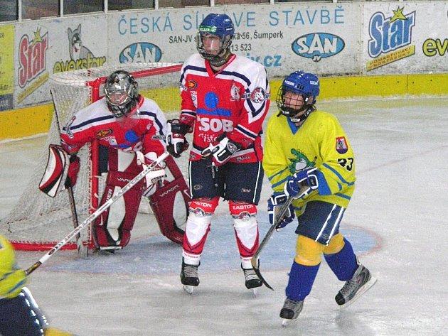 Snímek z utkání dorostenecké extraligy mezi Šumperkem (žlutý dres) a Pardubicemi.