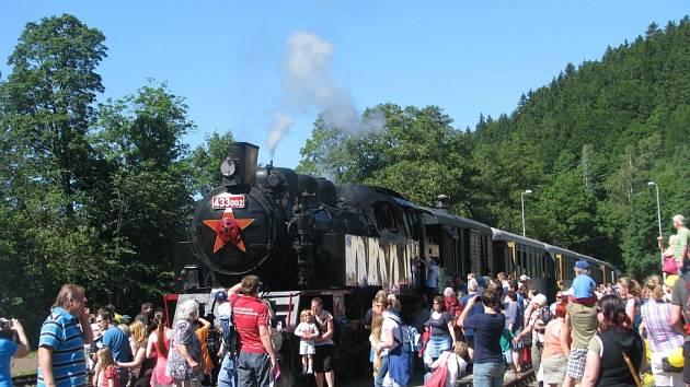 Zvláštní parní vlaky v čele s lokomotivou řady 433.002 z depa ve Valašském Meziříčí vyjely v sobotu 7. června na trať ze Šumperka do Koutů nad Desnou.