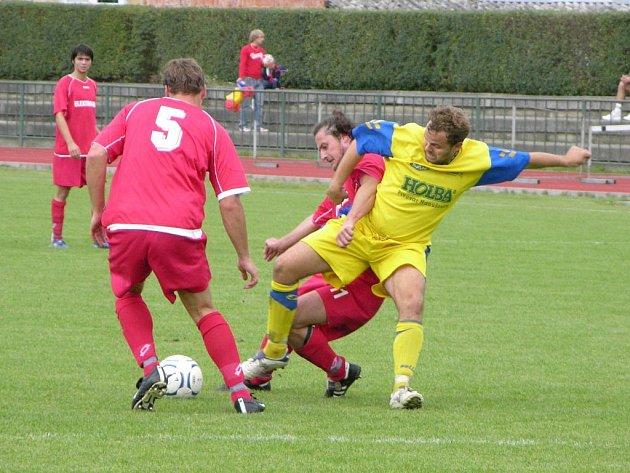 Šumperský Navrátil (žlutý dres) se probíjí obranou Dolan.