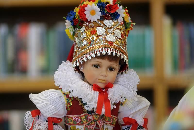 Krojované panenky Ivety Neoralové v Úsovské knihovně.