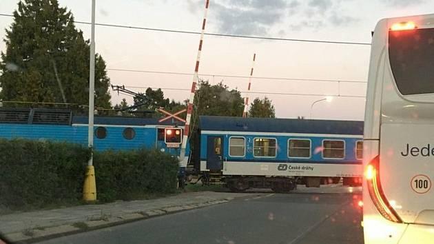 Přejezd na ulici ČSA v Zábřehu bezprostředně poté, co na něm zastavil vlak.