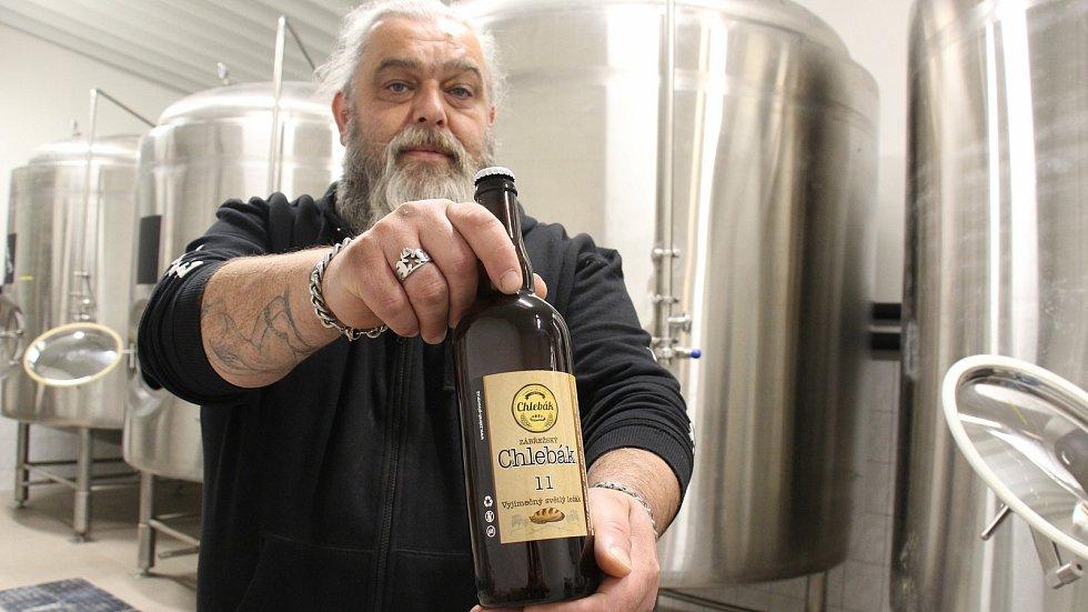 Jednatel zábřežského pivovaru Welzl Tomáš Kozák s pivem Chlebák.