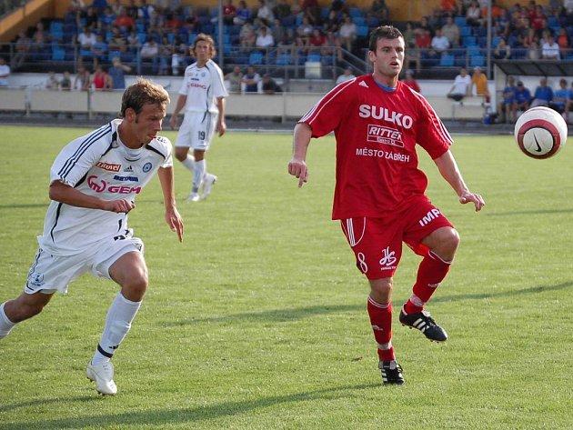 Fotbalisté Sulka (červený dres) už ví, jak se v lize prohrává.