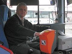 Jiří Drlík ze Zábřehu usedá za volant autobusu už osmatřicet let. Stejně jako mnoha jeho kolegům se mu nelíbí, jak špatně je náročná a zodpovědná práce řidiče ohodnocená.
