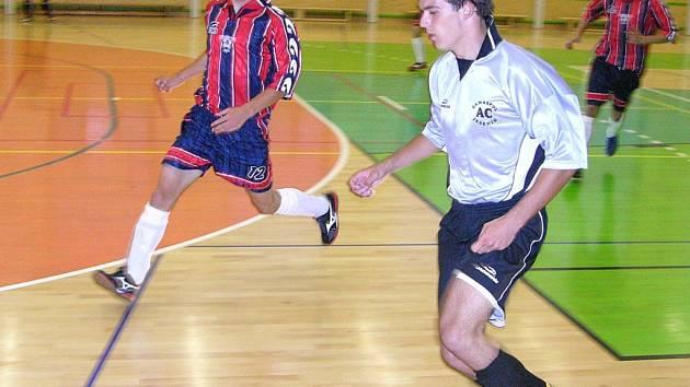 Hráč Jeseníku (u míče) v utkání s brněnským Helasem.