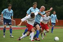 Hráči Sulka (modré dresy) v utkání s Hulínem