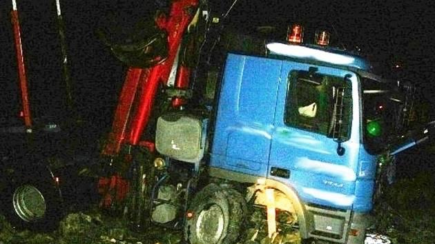 Řidič kamionu MAN vjel v úterý 18. prosince v Lipové-lázních na namrzlé vozovce příliš rychle do zatáčky. Dostal smyk a zbořil dva ploty.