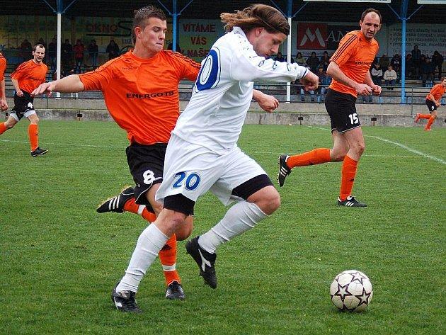Losinští fotbalisté podlehli doma v dohrávce Jakubčovicím (bílé dresy)