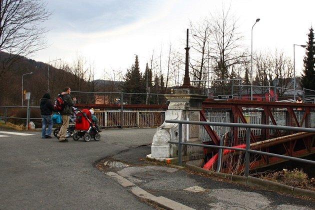 Historický železný most přes řeku Bělou v Jeseníku potřebuje opravu. Snímek z února 2014.