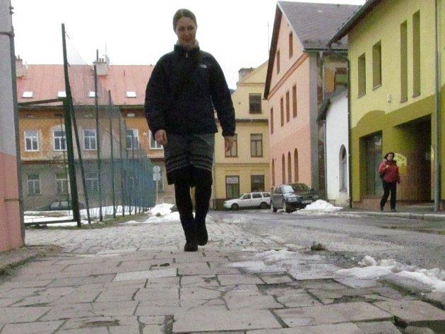 Rozbitý chodník v Komenského ulici v Jeseníku.