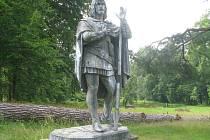 Socha svatého Huberta je jednou ze tří plastik, které v zámeckém parku v Loučné nad Desnou zbyly. Jelen u jeho nohou ale z podstavce zmizel.