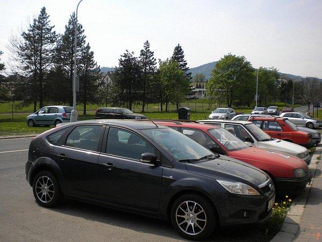 Na málo parkovacích míst si stěžují obyvatelé Lidické ulice v Šumperku
