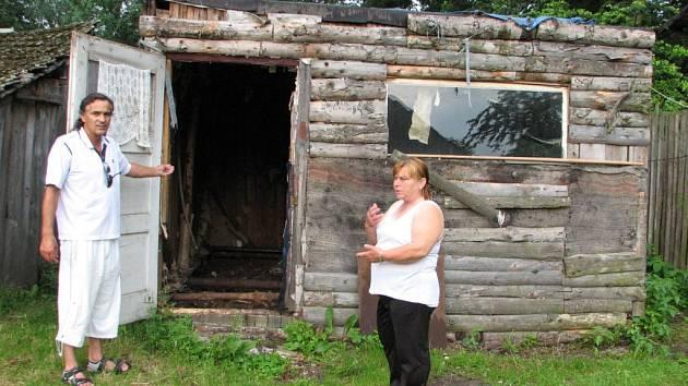 Karel Gábor a Marie Dogiová ukazují kůlničku, která se na osm let stala domovem pro Květu Žigovou.