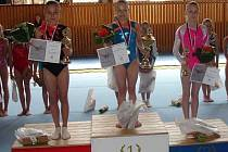 Simona Kozáková (vpravo) na stupních vítězů