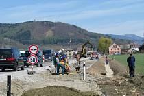 Na rovince před Rapotínem čeká na řidiče pouze jeden pruh silnice a před ním semafor. Důvodem je stavba cyklostezky.